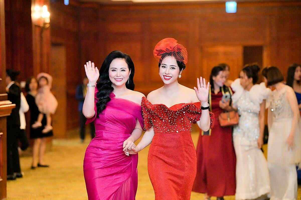 Nữ hoàng Hoa hồng Bùi Thanh Hương diện váy hồng trẻ trung đến chúc mừng doanh nhân Quế Anh. Nữ hoàng Hoa hồng là người gắn bó, chia sẻ cũng như hỗ trợ Quế Anh rất nhiều trong công việc cũng như cuộc sống. Doanh nhân Quế Anh khẳng định đến với Ruby Queen, các nhà kinh doanh sẽ được xây dựng chiến lược kinh doanh cùng các chuyên gia hàng đầu, sở hữu nguồn hàng với chiết khấu cao, xây dựng thương hiệu cá nhân, tham dự các sự kiện đẳng cấp mỗi năm cùng cộng đồng doanh nhân thành đạt trong cả nước, du lịch trong và ngoài nước...