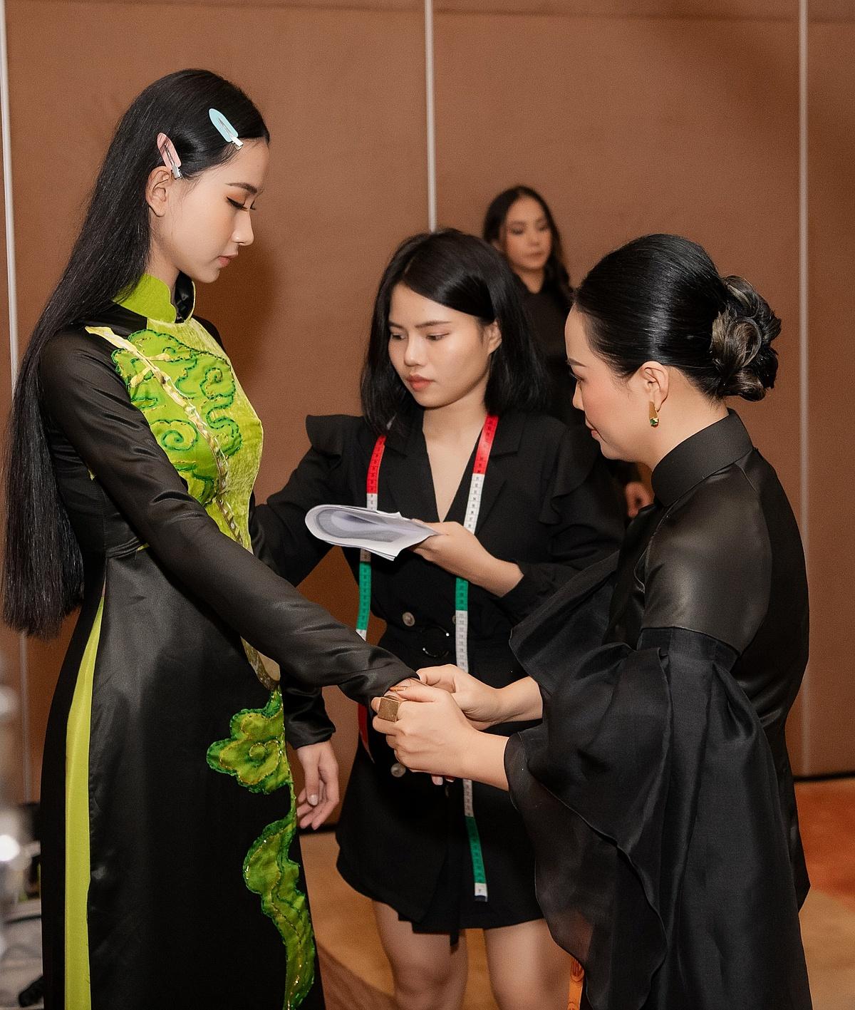 Bộ sưu tập Tinh hoa Đờn ca Việt lấy cảm hứng từ loại hình văn hóa dân gian của Nam Bộ. Đờn ca tài tử xuất hiện cách đây hơn 100 năm, đến nay vẫn giữ được sức sống mãnh liệt với tầm ảnh hưởng rộng khắp đến 21 tỉnh thành phía Nam. Thông qua màn trình diễn của các thí sinh, nhà thiết kế mong muốn góp phần quảng bá và lan tỏa di sản văn hóa phi vật thể của Việt Nam được UNESCO công nhận đến thế giới. Chị chia sẻ: Đối với tôi, đây là bộ sưu tập có ý nghĩa quý giá trong cuộc đời làm thiết kế. Tôi muốn dành tặng những tà áo dài đậm bản sắc dân tộc nhất cho chung kết Hoa hậu Việt Nam 2020, nhân dịp kỷ niệm 75 năm Di sản Văn hóa Việt Nam.