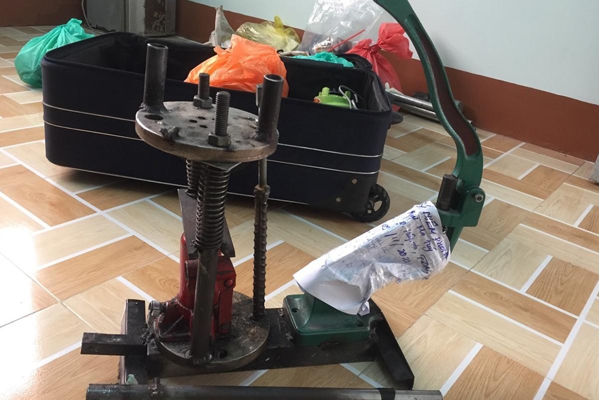Máy dùng để sản xuất ma túy phát hiện tại nhà Việt. Ảnh: Hoàng Trường