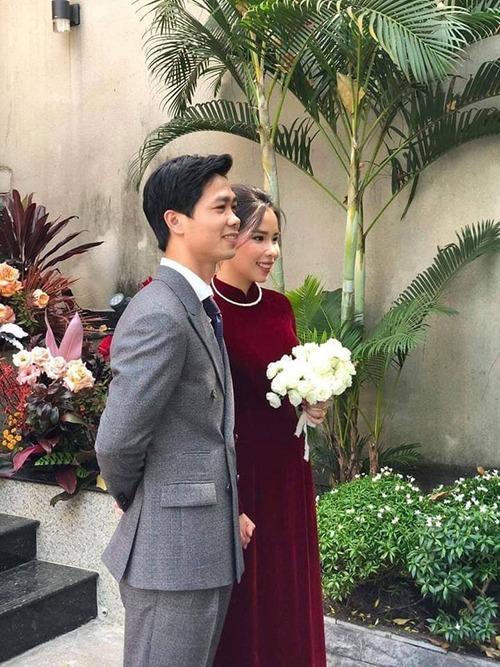 Sáng 16/11, Công Phượng và cô dâu Viên Minh đã làm lễ đón dâu ở TP HCM. Trong ngày vui, cô dâu Viên Minh đã chọn áo dài nhung đỏ khi sánh đôi cùng chú rể. Mẫu áo truyền thống, có cổ trụ thấp, được kết hợp cùng kiềng bạc - tạo sự phối hợp màu sắc hài hòa. Tối nay, cặp vợ chồng trẻ sẽ tổ chức tiệc cưới ở TP HCM. Sau hôm nay, Công Phượng và Viên Minh còn tổ chức tiệc cưới tại Phú Quốc (dành cho bạn bè thân thiết) vào ngày 18/11 và tại Nghệ An (họ hàng nhà trai) ngày 3/12.