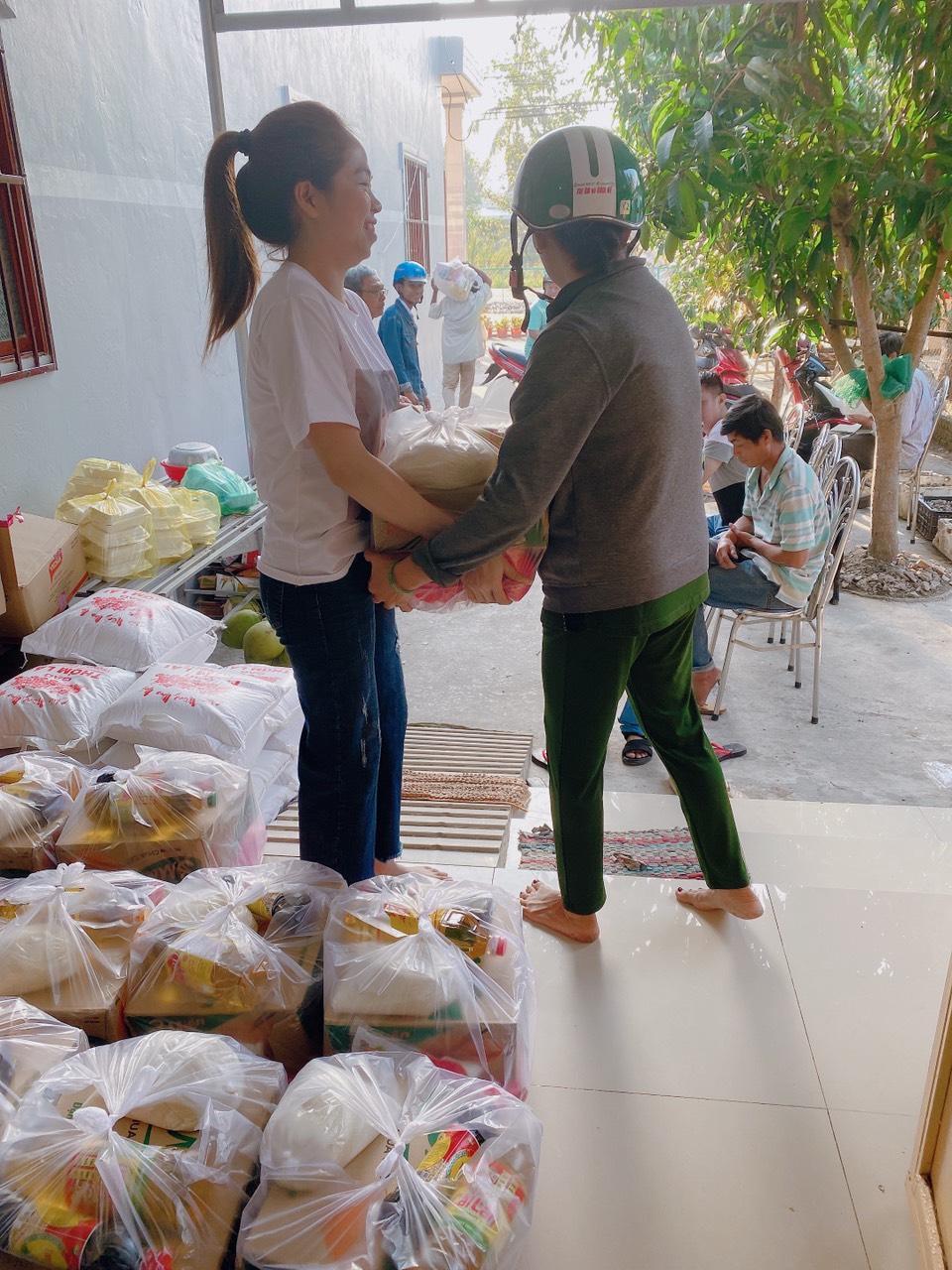 Trước đó, trong suốt thời gian mưa bão gây ngập lụt ở miền Trung, Khánh Linh liên tục huy động các nhu yếu phẩm cứu trợ cho người dân. Cô hợp tác với nhiều tổ chức từ thiện để chuyển từng món quà đến người dân ở thôn Long Thành, xã Tam Tiến, Quảng Nam. Người đẹp hy vọng những đóng góp của mình sẽ giúp các mảnh đời kém may mắn tìm thấy động lực vươn lên trong cuộc sống.