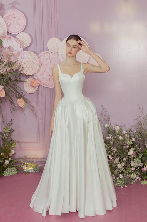 Vốn là cô dâu ưa thiết kế tay trễ nhưng rất có thể Viên Minh sẽ chọn làm mới mình với váy cưới số 3 là đầm hai dây cổ vuông tim.