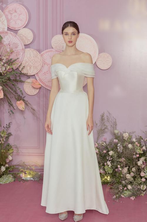 Mẫu đầm số 4 là kiểu váy cưới 2 trong 1 dáng xòe nhẹ. Bộ cánh có tay trễ, được phối từ hai loại vải khác biệt. Đây cũng là kiểu đầm giúp cô dâu có thể diện dễ dàng ở nơi bãi biễn do độ dài chỉ tới mắt cá chân.