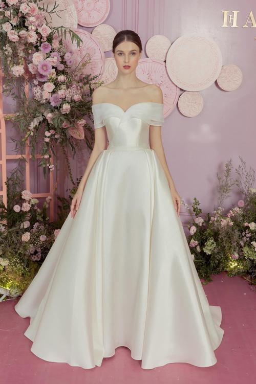 Váy số 4 kiểu công chúa được hô biến khi gắn thêm tùng rời, tạo thành váy xòe rộng.