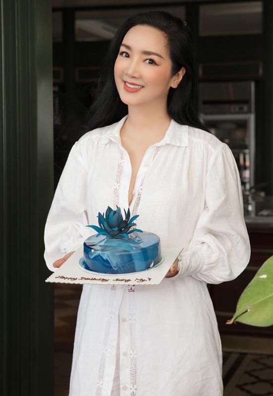 Hoa hậu đền Hùng rất thích chiếc bánh kem mang màu xanh của biển.