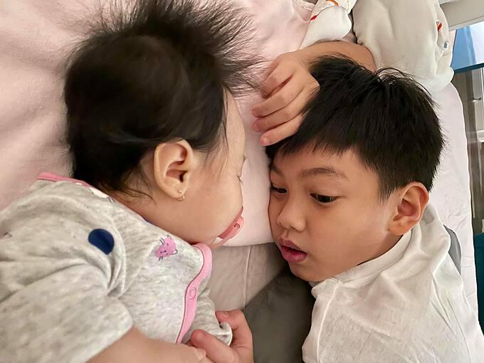 Cường Đôla hạnh phúc khi ngắm nhìn con trai Subeo chơi với em gái Suchin.