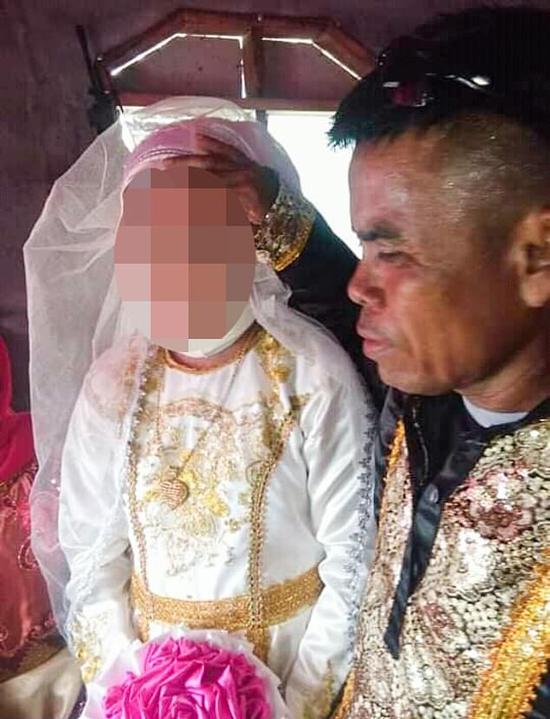 Cô dâu 13 tuổi mặc trang phục truyền thống theo đạo Hồi trong đám cưới với chú rể 48 tuổi tại  tỉnh Maguindanao, Philippines. Ảnh: Viral Press.