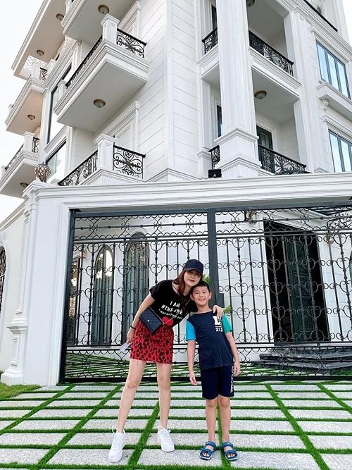 Gia đình Đăng Khôi - Thủy Anh còn sở hữu một căn biệt thự hai mặt tiền trị giá 2 triệu USD tại quận 7 (TP HCM).