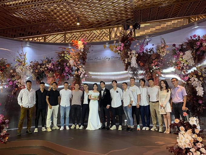 Tối 16/11, Công Phượng và bà xã Viên Minh tổ chức tiệc cưới tại Gem Center, quận 1 TP HCM với khách mời là những người thân thiết, trong đó có HLV Park Hang-seo. Ngày 18/11, cặp đôi tiếp tục mở tiệc tại Phú Quốc để mời bạn bè. Sau đó, ngày 3/12, gia đình Công Phượng tổ chức tiệc ở Nghệ An để mời họ hàng.