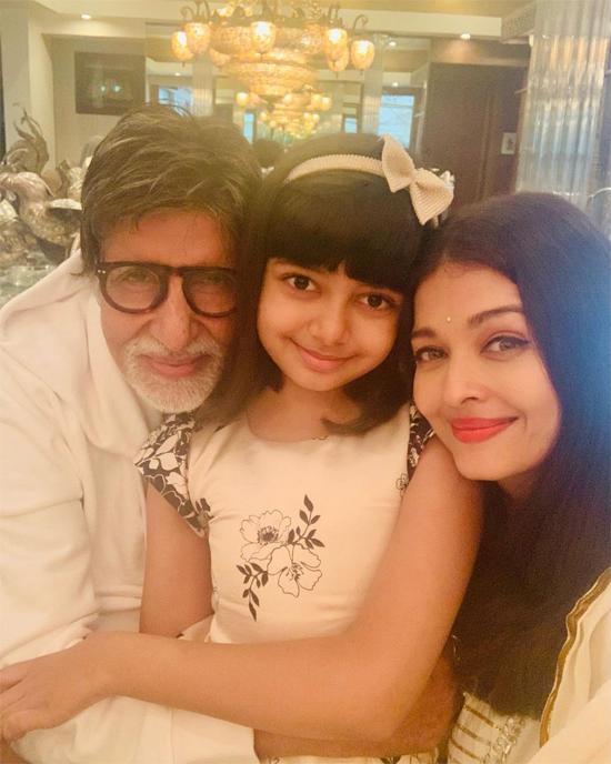 Bé Aaradhya bên ông nội và mẹ.