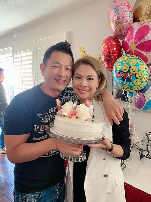 Ca sĩ Thanh Thảo và chồng được bạn bè tổ chức tiệc mừng 4 năm gặp nhau.
