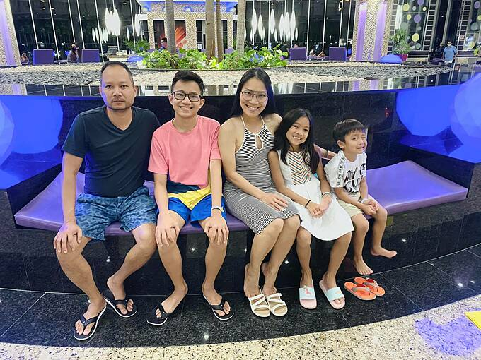 Vợ chồng ca sĩ Hồng Ngọc đưa ba con đi chơi.