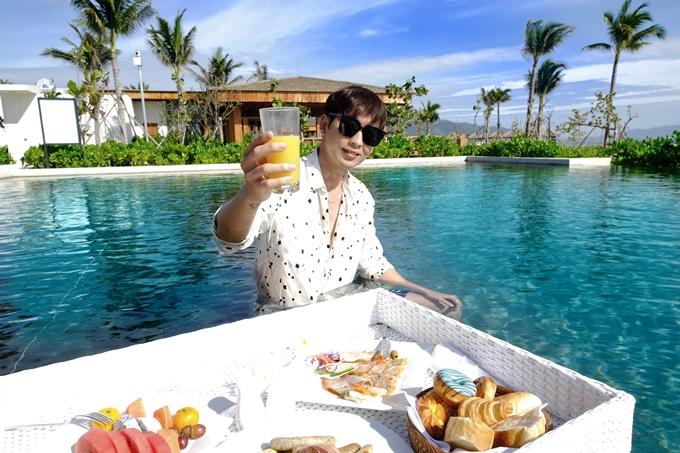 Tuấn Trần dùng bữa dưới hồ bơi.