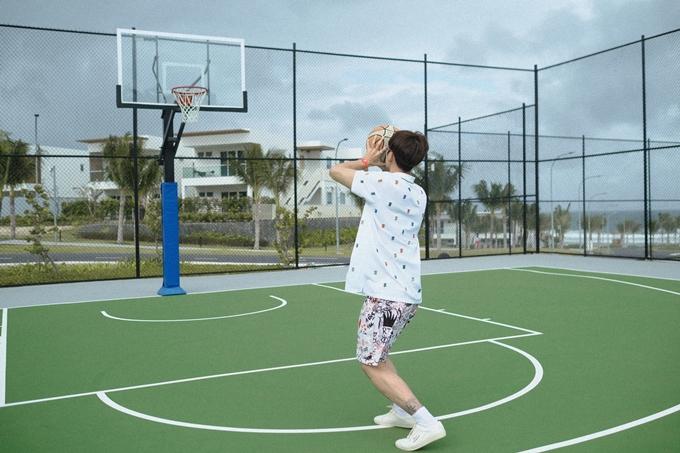 Anh tranh thủ chơi các môn thể thao yêu thích nhưng ít khi có thời gian tham gia.