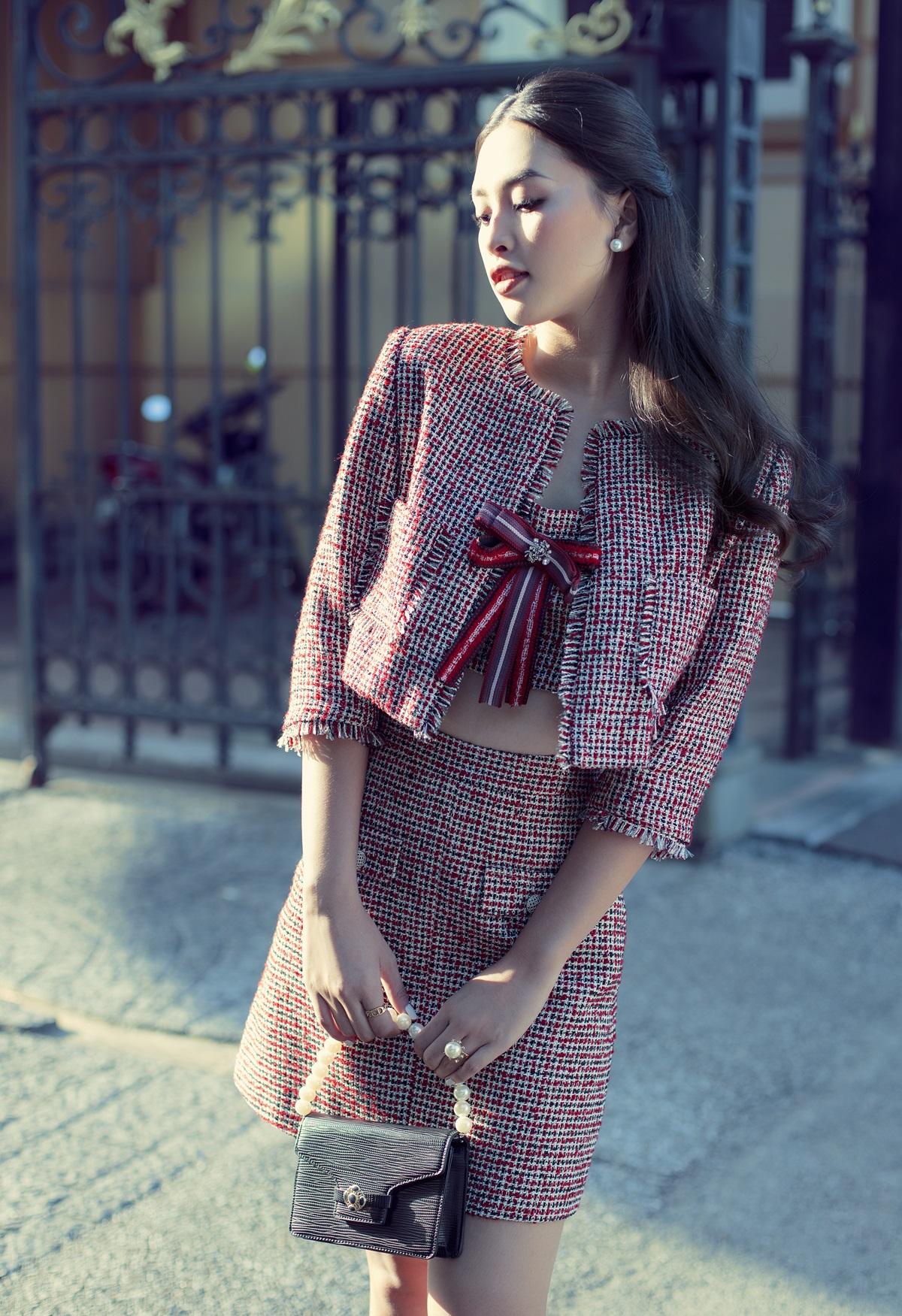 Áo khoác vải tweed trong bộ sưu tập Thu Đông 2020 giúp Tiểu Vy thoải mái biến hóa phong cách từ tối giản, sang trọng đến quyến rũ.