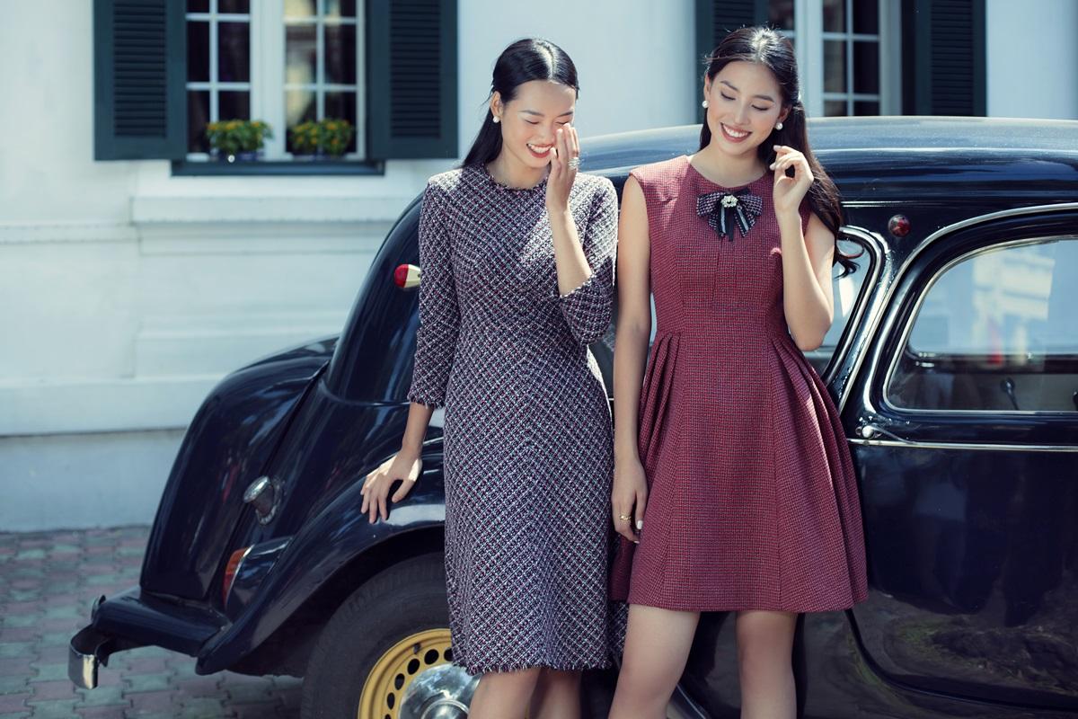 Hai cô gái cười rạng rỡ trong tiết thu.