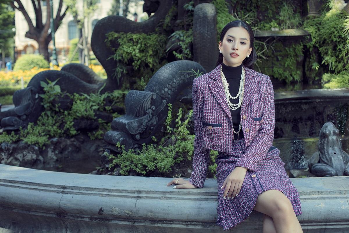 Áo khoác vải tweed trong bộ sưu tập Thu Đông 2020 giúp phái nữ thoải mái biến hóa phong cách từ tối giản, sang trọng đến quyến rũ.