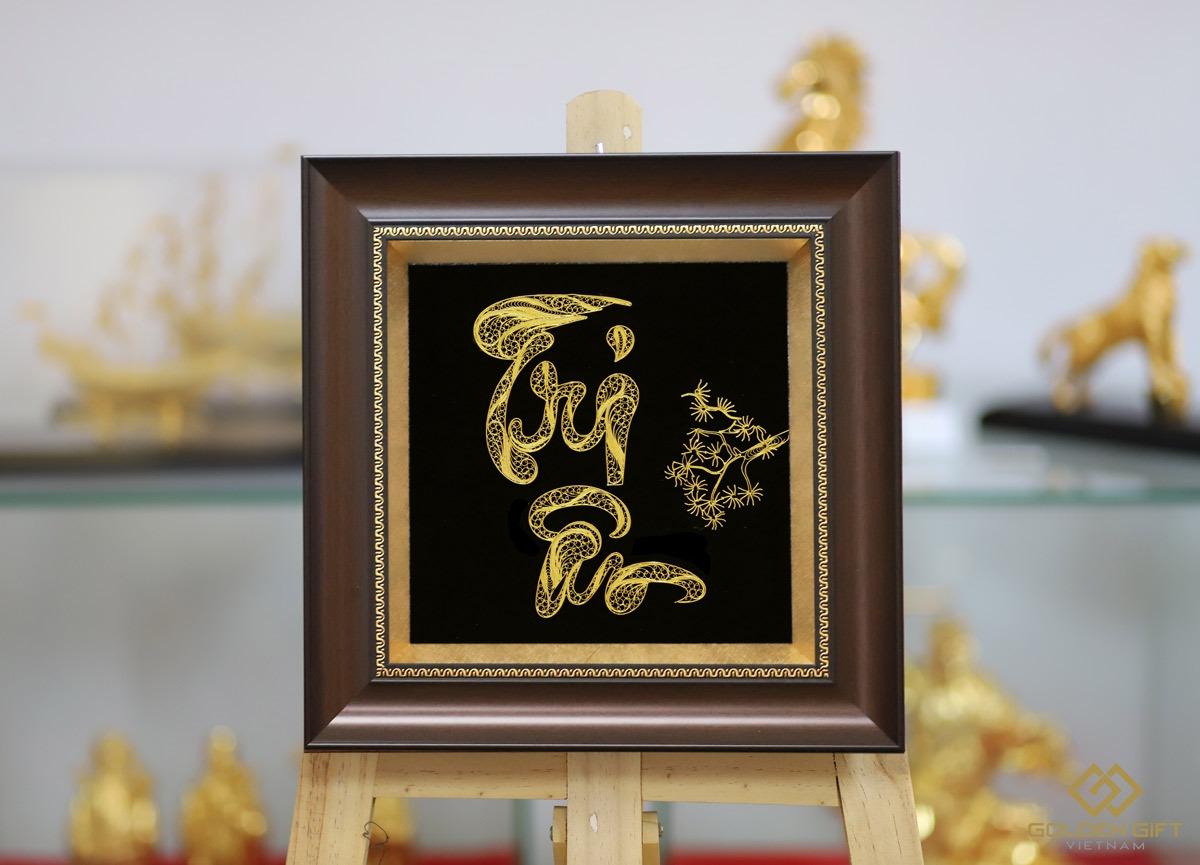 Tranh chữ Tri Ân thư pháp mạ vàng - Quà tặng độc đáo, cao cấp - Vàng - Khác 4.500.000đ3.825  Mẫu quà vàng mới nhất của Golden Gift Việt Nam chế tác. Đây là mẫu quà tặng dành để tôn vinh, bày tỏ lòng biết ơn đối với cha mẹ – người sinh thành nuôi dưỡng, với thầy cô giáo dạy dỗ nên người,  Tri ở đây là tri thức, là sự hiểu biết tường tận. Còn Ân có nghĩa là ân tình, ân nghĩa, là ơn huệ...Tặng bức tranh Tri ân mạ vàng là thể hiện sự trân trọng, ghi nhớ, nhớ ơn sâu sắc đến những người đã hi sinh vì chúng ta, đã giúp đỡ chúng ta trong những lúc khó khăn, sẽ chia niềm vui và nỗi buồn với chúng ta.  Được làm thủ công hoàn toàn trên nền chất liệu kim loại quý, chữ Tri Ân mạ vàng với phong cách viết theo lối chân phương, mô phỏng trên cở sở tham vấn ý kiến của các tác gia nổi tiếng về nghệ thuật thư pháp Việt Nam.  Phía bên phải bức tranh là tán cây tùng đang toả bóng sum xuê. Người xưa xem tùng là đại diện cho trăm cây, mang ý nghĩa trường thọ, đại diện của khí tiết.
