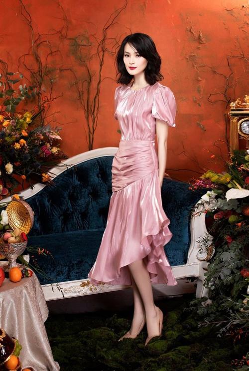 Phiên bản màu hồng do Hạ Vi diện. Mẫu đầm phù hợp với cô dâu cao, giúp tôn dáng với phần chân váy xòe nhẹ, mang đến vẻ uyển chuyển trong từng nhịp bước.