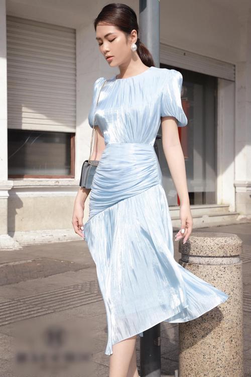 Váy Eros với phiên bản màu xanh. Khi gặp nắng, váy sẽ có độ óng, bắt sáng tự nhiên.