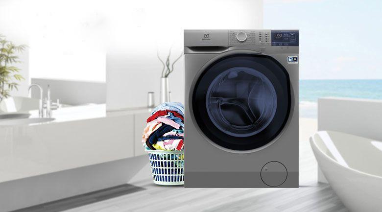 Bên cạnh việc lau dọn nhà cửa thì giặt, phơi và ủi đồ cũng khiến chị em đau đầu không kém. Máy giặt Electrolux 9 kg UltimateCare 700 EWF9024ADSA có thể phần nào giúp việc nội trợ trở nên nhẹ nhàng hơn nhờ chế độ giặt giảm nhăn chỉ với 33 phút. Công nghệ AutoSense tự động điều chỉnh thời gian, lượng nước và mức năng lượng tiêu thụ phù hợp theo tải trọng giặt, tránh giặt quá mức, giảm thiểu hao mòn và sờn rách, giúp bảo vệ trang phục hiệu quả. Máy giặt còn giặt được cả những sản phẩm gắn mác chỉ giặt tay và các chất liệu vải len. Ngoài ra, Ultimate Care 700 còn tích hợp hàng loạt chế độ giặt chuyên dụng, bạn có thể tùy chỉnh dựa trên nhu cầu của các thành viên trong gia đình, từ người già đến trẻ nhỏ.Không chỉ có mức giá hấp dẫn, giảm đến 22% còn 9,99 triệu đồng, máy giặt Electrolux 9 kg UltimateCare 700 EWF9024ADSA còn áp dụng giao hàng tận nơi, miễn phí lắp đặt và trả góp 0% đầy tiện lợi khi mua trên sàn thương mại điện tử Lazada.