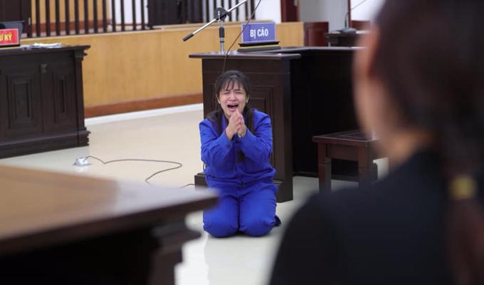 Bị cáo Lan Anh quỳ gối xin lỗi mẹ đẻ vì đã đổ lỗi cho bà.
