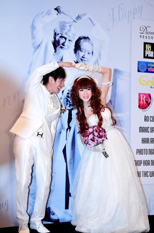 Minh Hà và Lý Hải đều diện đồ trắng trong đám cưới, tạo hình xì tin.