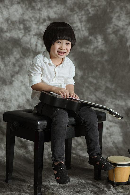 Tùng Dương cho biết, bé Voi mới gần 5 tuổi nhưng bộc lộ tính nghệ sĩ. Cậu bé thích âm nhạc từ rất sớm và đặc biệt thông minh khi học tiếng Anh.