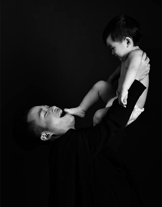 Bé Voi, con trai Tùng Dương chào đời cách đây gần 5 năm, trước liveshow Thập kỷ hoan ca của anh chỉ vài ngày và trước ngày dự sinh gần một tháng. Thời điểm đó, nam ca sĩ vừa hạnh phúc vừa hoang mang vì không biết làm bố như thế nào.
