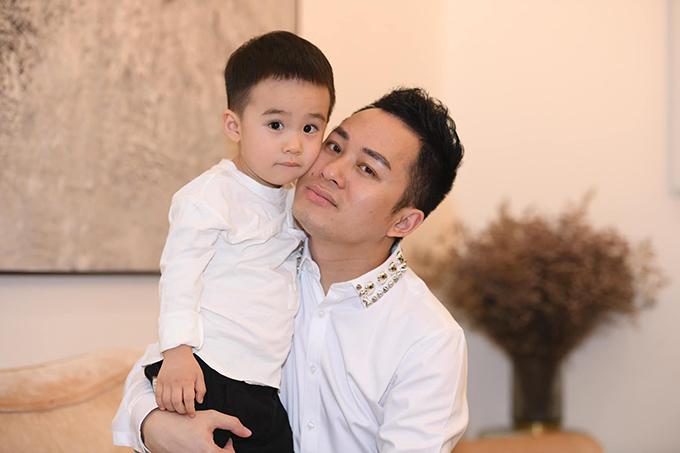 Lần đầu bé Voi được bố cho xuất hiện trước công chúng, bé Voi nhận vô số lời khen về vẻ đáng yêu, kháu khỉnh. Từ đó đến nay, Tùng Dương đã quen với những nhận xét cho rằng bé Voi đẹp trai hơn bố rất nhiều.