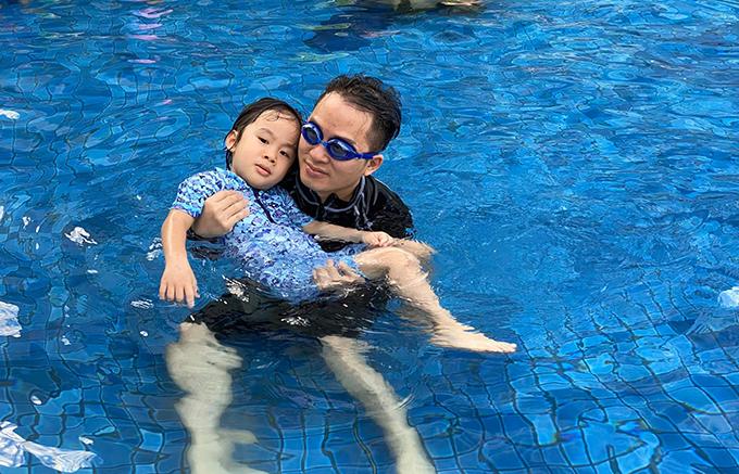 Trong thời gian nghỉ tránh dịch Covid-19, Tùng Dương gần như dành trọn thời gian cho bé Voi. Hai bố con cùng nhau vẽ, bơi lội...