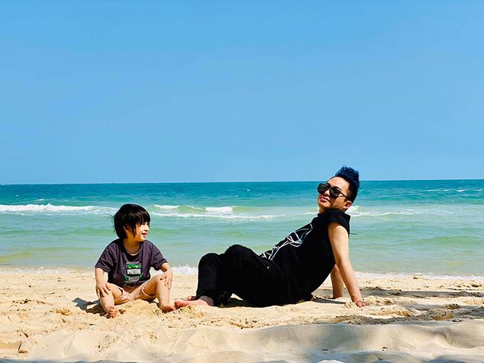 Khoảnh khắc thư thái của Tùng Dương bên con trai trong chuyến du lịch Phú Quốc hồi đầu năm 2020.