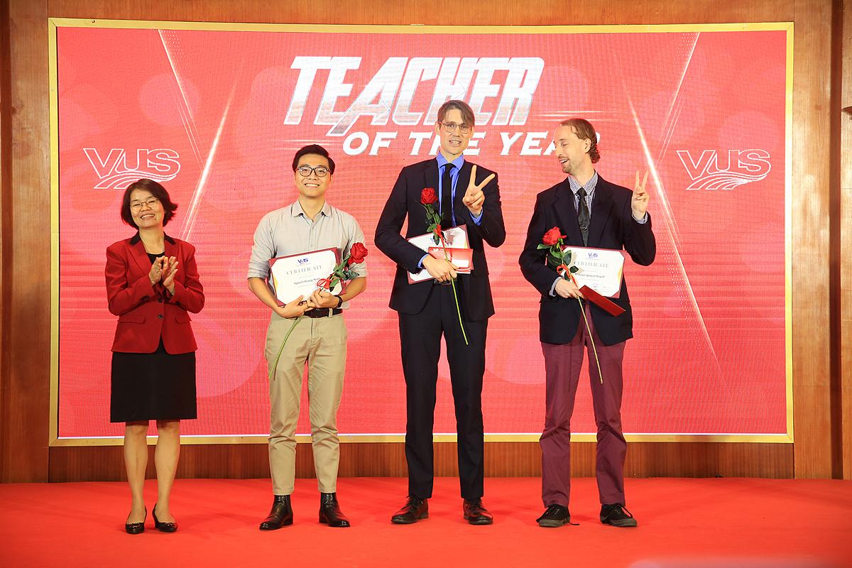 Một số giáo viên nhận giải thưởng trong buổi lễ tôn vinh tại Hà Nội.