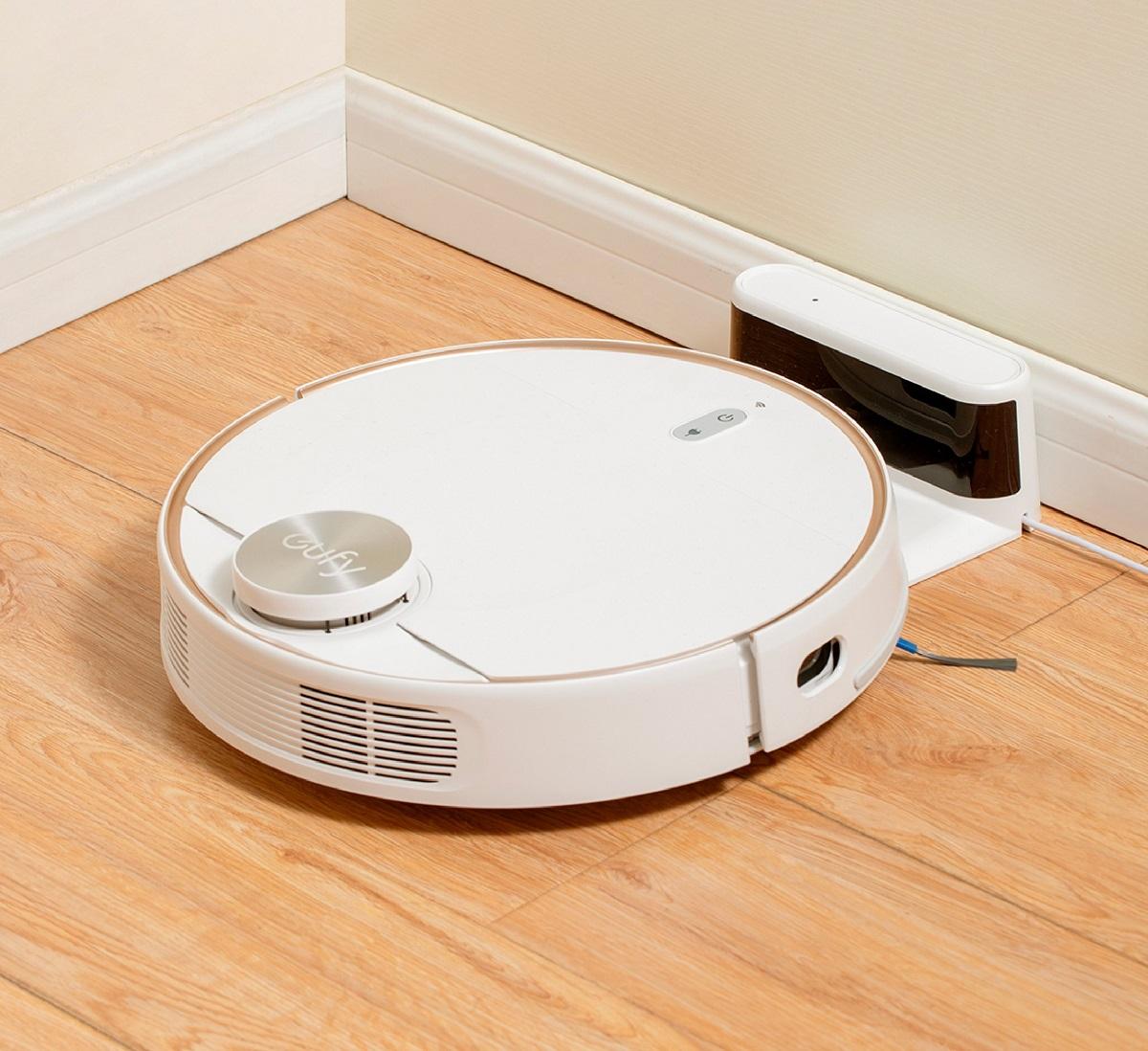 Robot hút bụi EUFY RoboVac L70 Hybrid  T2190 by Anker sử dụng công nghệ điều hướng bằng laser iPath, tích hợp cả hai chức năng quét và lau nhà. Robot còn hỗ trợ điều khiển bằng wifi thông qua ứng dụng EufyHome. Lực hút mạnh lên đến 2.200 Pa. Khi hoạt động, robot không gây tiếng ồn, yên tĩnh, bạn có thể yên tâm nghỉ ngơi mà không lo tiếng máy hút bụi làm thức giấc. Robot có thể tự quay về đế sạc để sẵn trên sàn khi pin yếu mà không cần điều khiển. Bề mặt các bánh lăn êm ái, lý tưởng cho các loại sàn gỗ cứng. Thiết kế máy thanh lịch với tông trắng toàn bộ cùng mặt ngoài ốp kính cường lực, hạn chế trầy xước, va đập. Sản phẩm hiện có giá ưu đãi 27%, giảm còn 9,54 triệu đồng (giá gốc lên đến 13 triệu đồng); bảo hành chính hãng và miễn phí vận chuyển toàn quốc khi mua trên sàn thương mại điện tử Lazada.