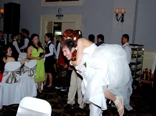 Chú rể Lý Hải cõng cô dâu Minh Hà để di chuyển trong khán phòng ở tiệc cưới tối tại TP HCM. Hình ảnh chú rể Lý Hải cõng Minh Hà trên lưng khiến hàng trăm khách mời chú ý, ấn tượng với tình cảm thắm thiết của uyên ương.