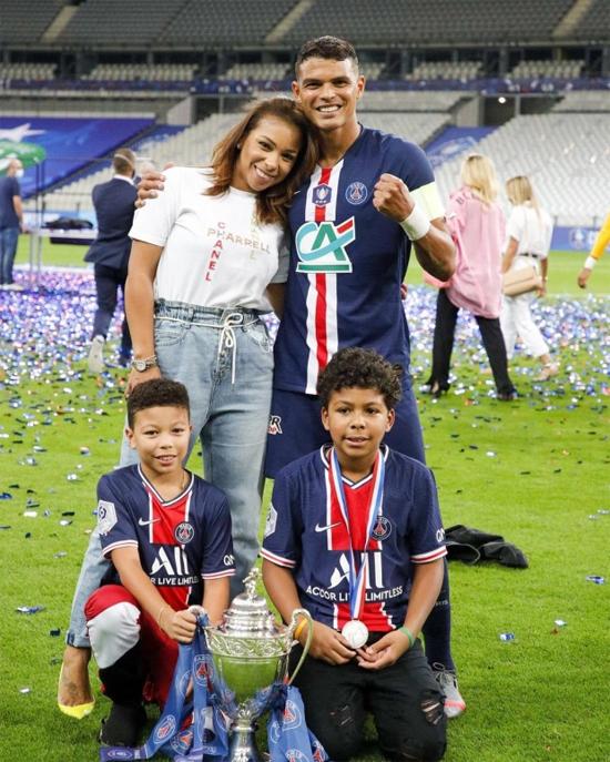 Trung vệ người Brazil bên vợ con khi còn thi đấu cho PSG. Ảnh: Instagram.