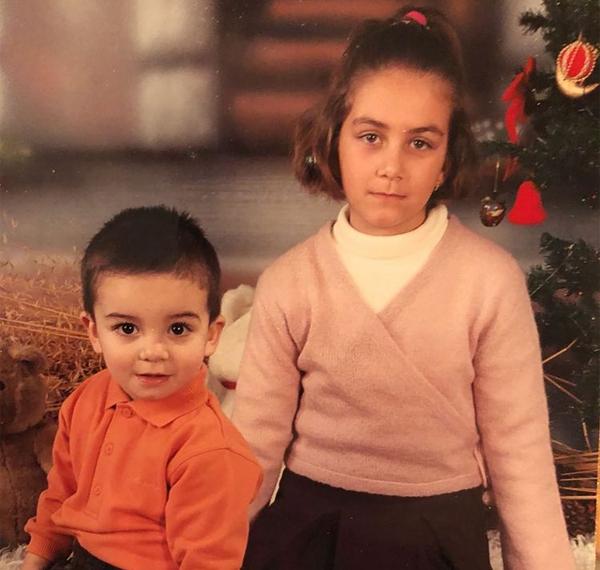 Tiền vệ trẻ tuổi là con trai đầu lòng trong gia đình có ba chị em. Ferran Torres đặc biệt thân thiết với chị gái