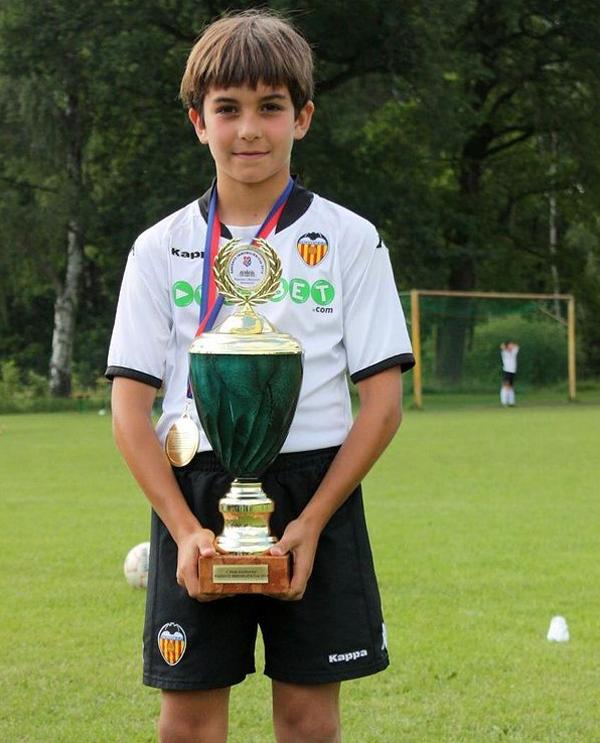 Khi còn nhỏ, Ferran Torres được bố mẹ đưa tới sân nhà Mestalla của Valencia, dần nuôi dưỡng tình yêu với đội bóng quê hương. Cậu nhóc mơ ước được khoác áo Valencia, xa hơn là tuyển Tây Ban Nha và được ra nước ngoài thi đấu. Năm 6 tuổi, Torres bắt đầu tập luyện trong học viện thiếu nhi của Valencia.