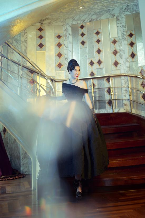 Đầm xòe mang nét đặc trưng của phong cách thời trang thập niên 1960 được làm mới với phần vai bất đối xứng. Trang phục tạo khối bồng bềnh giúp người mặc yêu kiều hơn khi xuất hiện tại các buổi tiệc cuối năm.