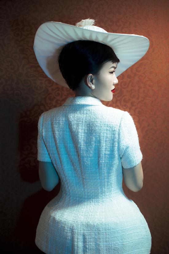 Bộ ảnh được thực hiện với sự hỗ trợ của nhiếp anh Tang Tang, trang điểm và làm tóc Tùng Châu, người mẫu fashionista Hằng Châu.