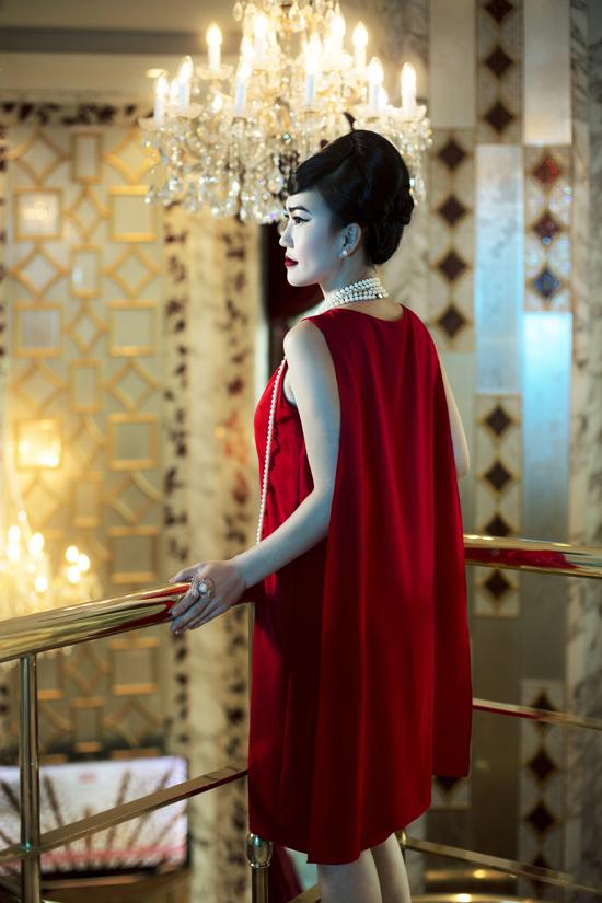 Các thiết kế lấy cảm hứng từ vẻ đẹp cổ điển và tôn vinh giá trị của phụ nữ hiện đại. Ba tông màu chủ đạo trắng, đen đỏ, được hai nhà thiết kế khai thác trên các chất liệu tafta, gấm, vải tweed.