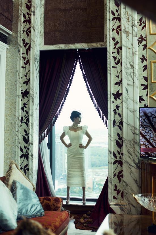 Váy bodycon khoe trọn 3 vong phối găng tay cổ điển và nón quý tộc tăng thêm nét cổ điển cho người mặc.