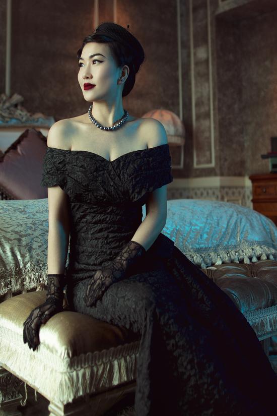 Thiết kế váy dạ hội sắc đen tuyền kết hợp phụ kiện nón cổ điển phù hợp cho những tiệc tối sang trọng tôn lên vẻ đẹp quý phái