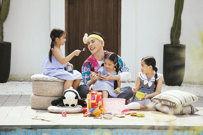 Bên cạnh hình ảnh người thầy mẫu mực trên sàn tập, Nguyễn Hưng Phúc còn thể hiện hình ảnh thân thiết và gần gũi như một người bạn cùng dàn model kid.
