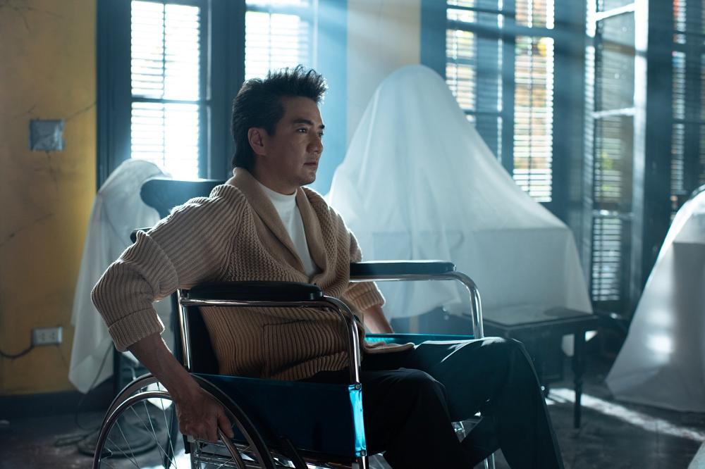 Nhân vật của Đàm Vĩnh Hưng ngồi xe lăn, cộng thêm cú sốc bị chia cắt tình cảm năm xưa khiến anh lúc nào cũng chìm trong tuyệt vọng, đau khổ.