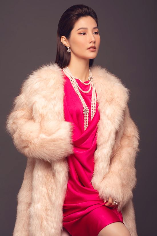 Cùng với những mẫu đầm lụa tạo nên nét dịu dàng và duyên dáng cho phái đẹp là các kiểu áo choàng thời thượng.