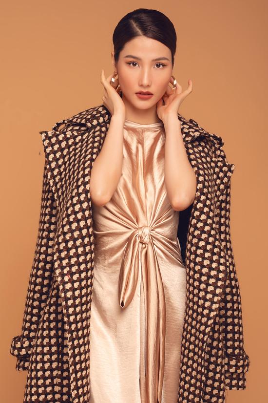 Những chất liệu hot trend như vải tweed, vải lông, vải dạ cũng được nhà thiết kế cập nhật ở bộ sưu tập này.