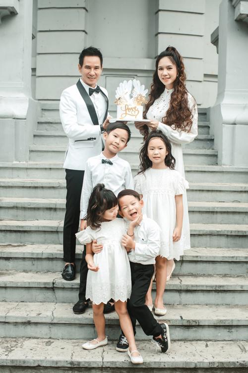 Cả gia đình diện đồ ton-sur-ton đồng điệu trong buổi chụp.