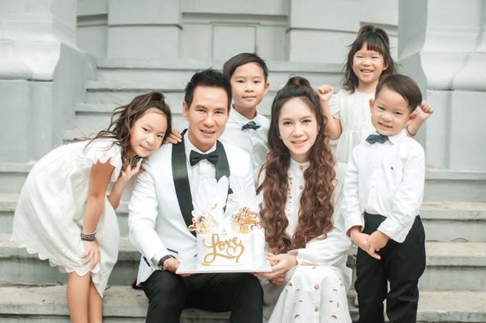 4 em bé rất vui vì được chụp ảnh cùng bố mẹ. Vì các bé đều đã lớn nên Lý Hải - Minh Hà không mất nhiều thời gian để cho các con ổn định trật tự khi chụp hình gia đình.