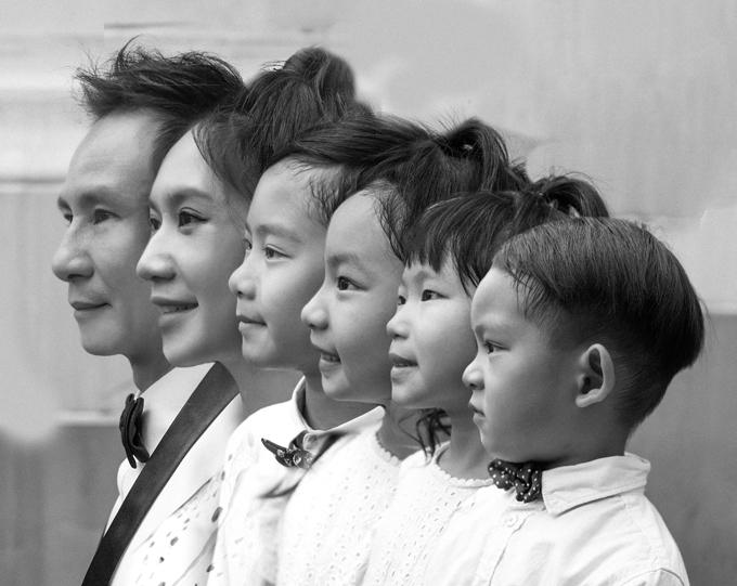 Nhân kỷ niệm 10 năm ngày cưới (18/11/2010 - 18/11/2020), vợ chồng Lý Hải - Minh Hà đã chụp một bộ ảnh kỷ niệm bên 4 con nhỏ. Tấm hình đen trắng khoe góc mặt của cả 6 thành viên là ảnh mà hai vợ chồng yêu thích nhất. Nhiều fan nhận xét cả gia đình có gương mặt giống nhau.